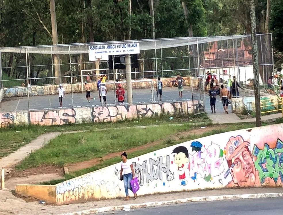 Partida de futebol realizada na Zona Norte — Foto: Larissa Nascimento