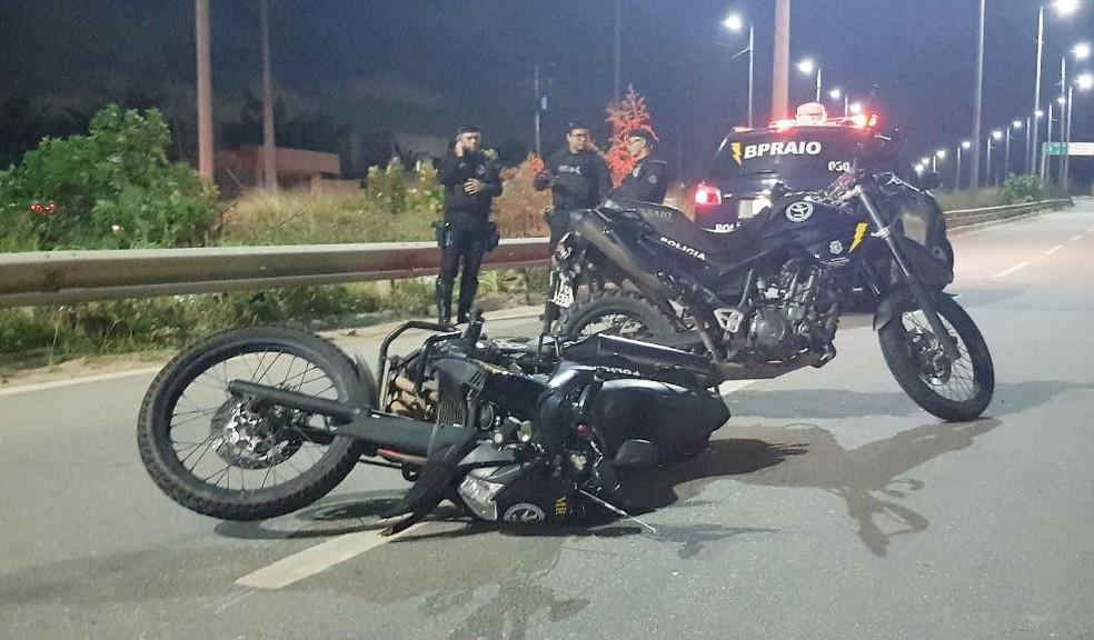 Motocicleta usada pelos policiais durante a perseguição na CE-010. — Foto: Rafaela Duarte/Sistema Verdes Mares