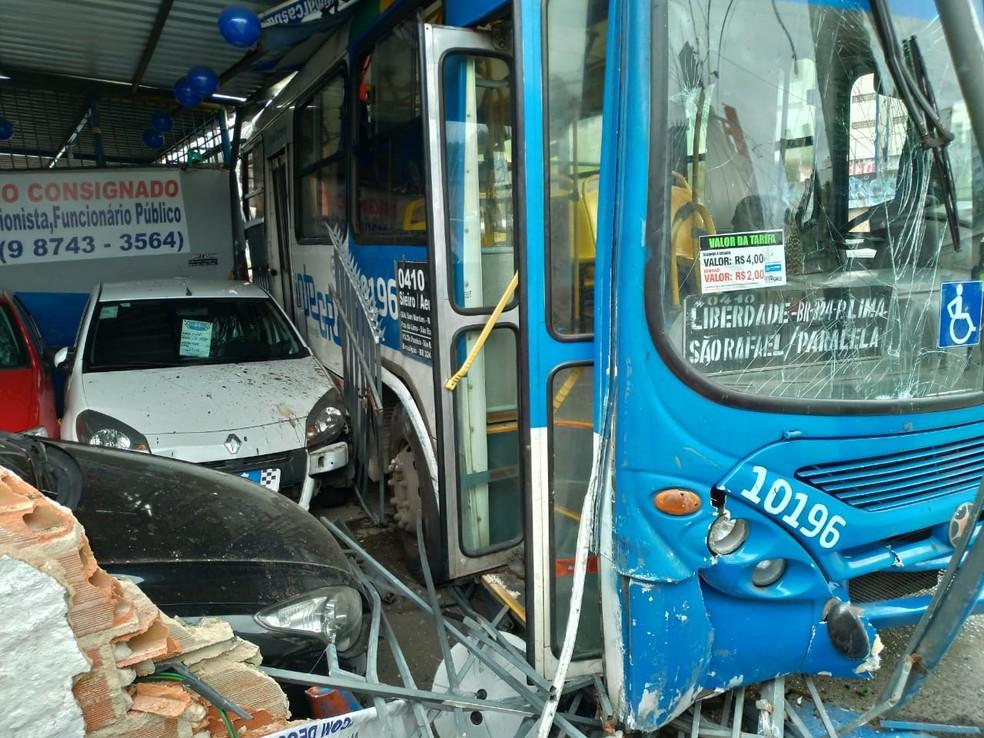 Ônibus bate em poste e muro após motorista passar mal em Salvador — Foto: Sindicato dos Rodviários/Divulgação