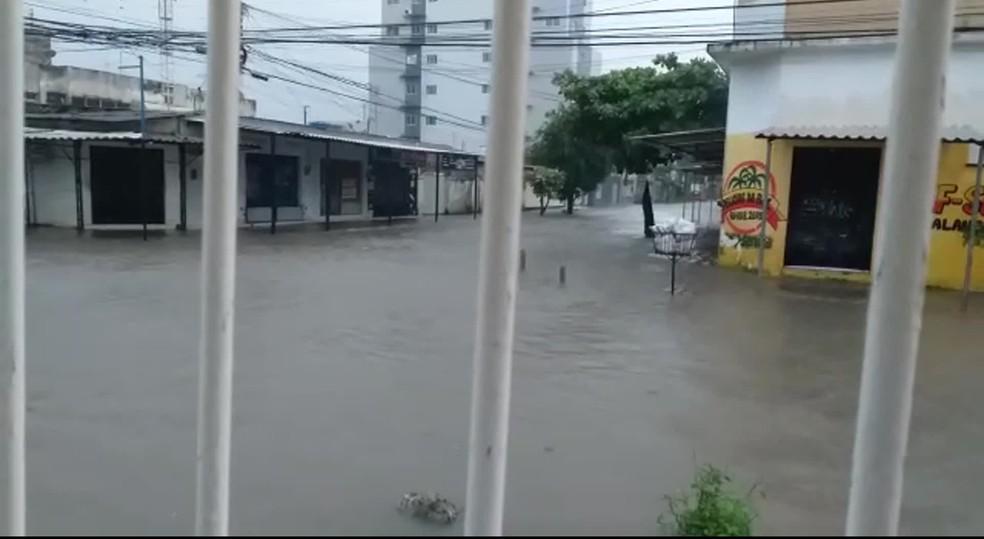 Moradores de Jardim Atlântico, em Olinda, relatam dificuldades em sair de casa devido à chuva nesta sexta-feira (2) — Foto: Reprodução/WhatsApp