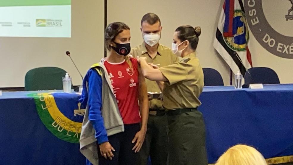 A nadadora Larissa Oliveira recebe dose da vacina no Rio — Foto: João Gabriel Rodrigues