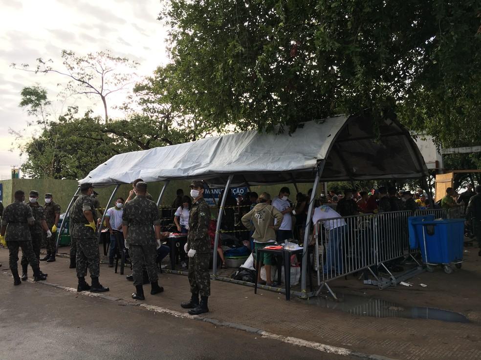 Entrada da Simón Bolívar é controlada pelo Exército na manhã deste domingo (6) (Foto: Emily Costa/G1 RR)