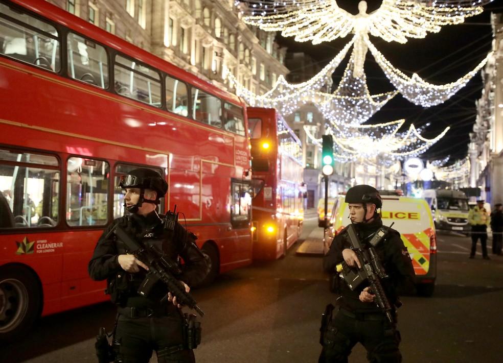 Polícia armada atende chamado na Oxford Street, em Londres, nesta quinta-feira (24) (Foto: Simon Dawson/Reuters)