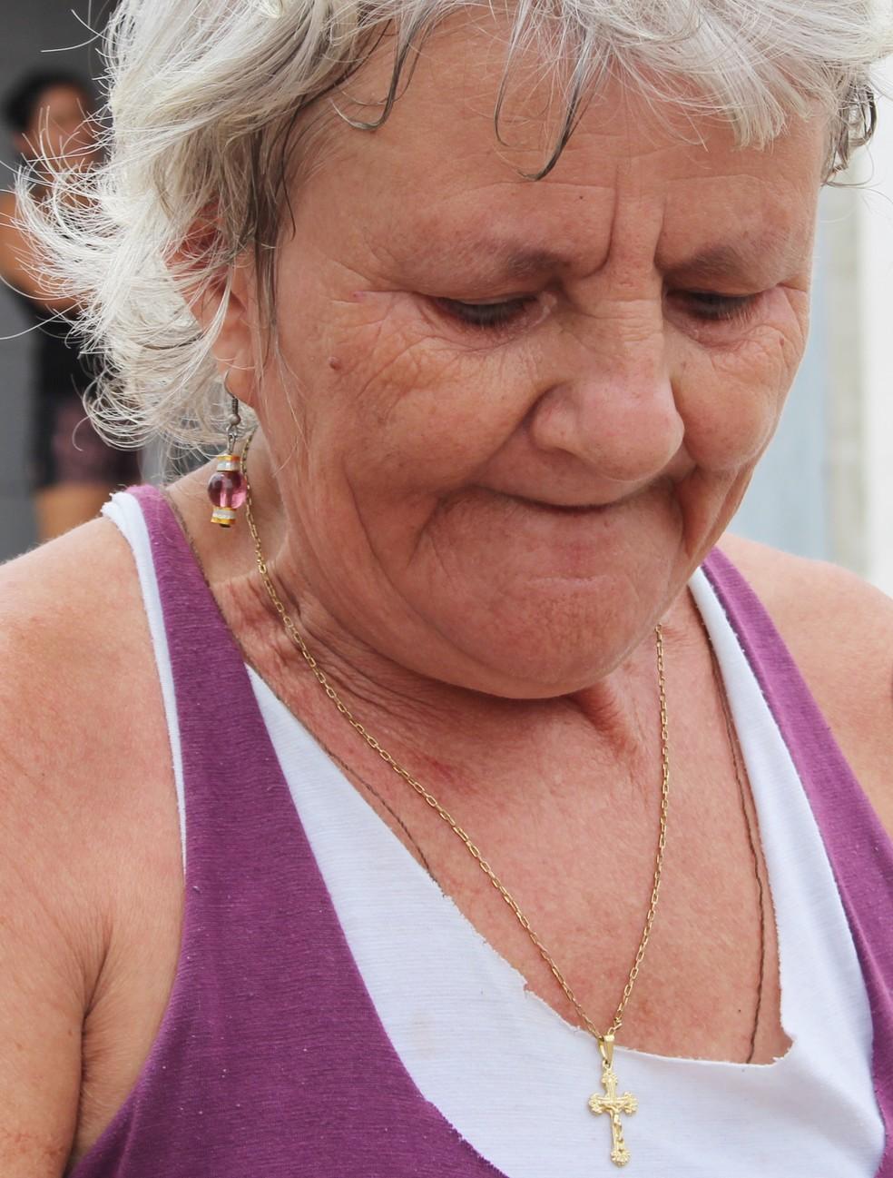 Maria Alves, agricultora, ficou emocionada ao lembrar que o fim do ano está se aproximando e ela não vai ter dinheiro para presentear a família (Foto: Anderson Barbosa/G1)