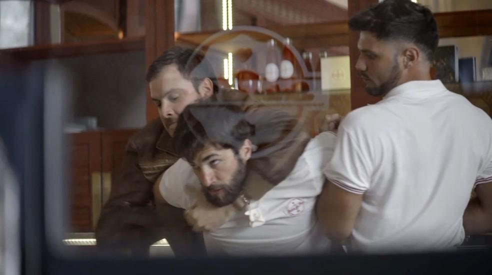 Chiclete impede que Rael atire em Maria da Paz — Foto: TV Globo