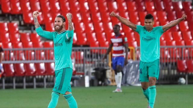 Sergio Ramos e Casemiro vibram após vitória do Real Madrid sobre o Granada