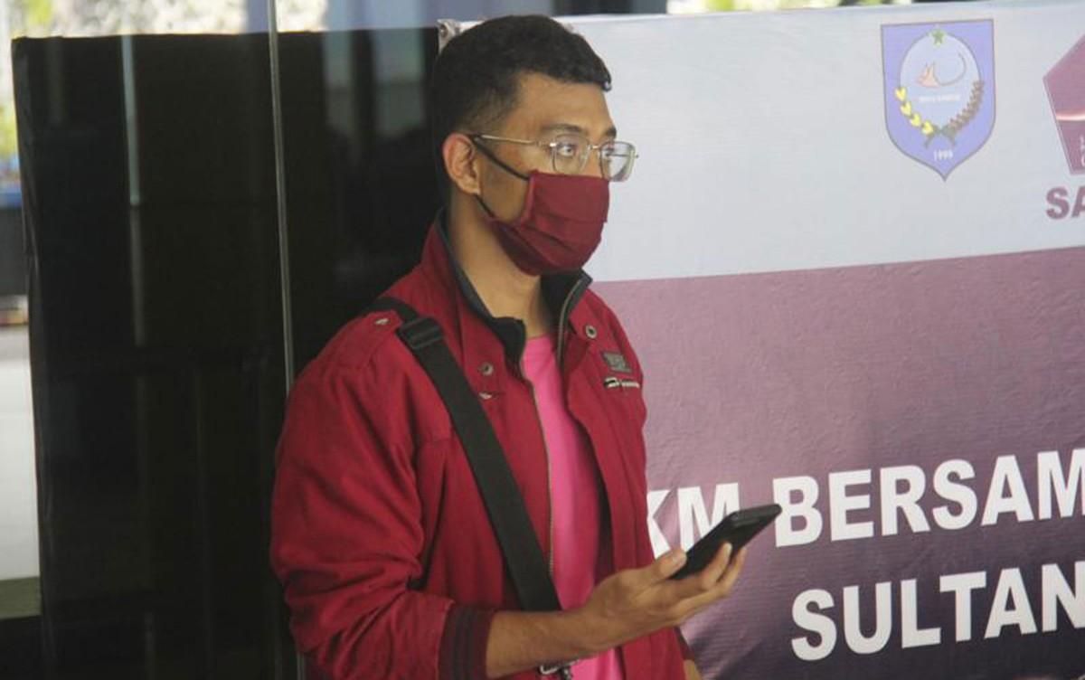 Homem com Covid é preso após viajar de avião disfarçado como se fosse sua mulher na Indonésia