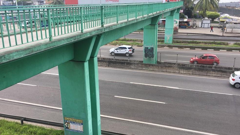 Passarela na BR-324 por onde assaltantes correram após confusão durante roubo a ônibus em Salvador — Foto: Eduardo Oliveira/TV Bahia