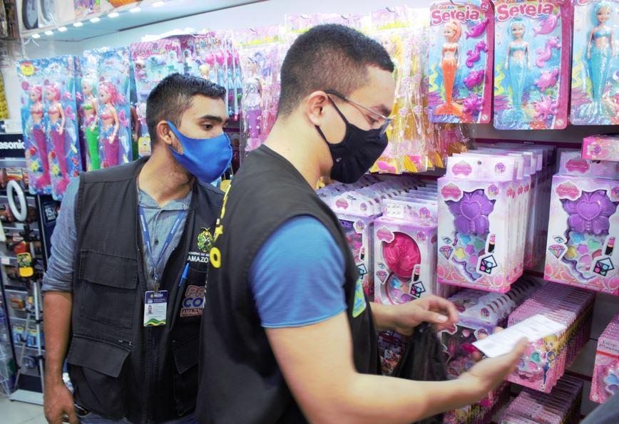 Mais de 1,2 mil produtos falsificados são apreendidos em lojas infantis em Manaus