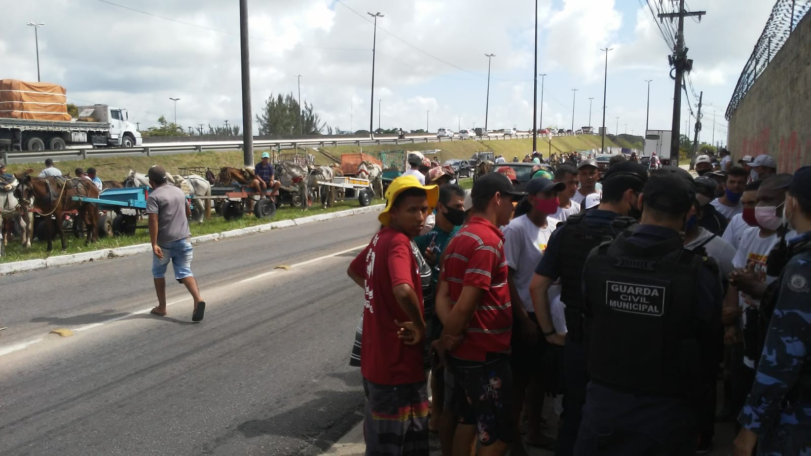 Carroceiros protestam em frente a prefeitura de João Pessoa contra pedido do MP