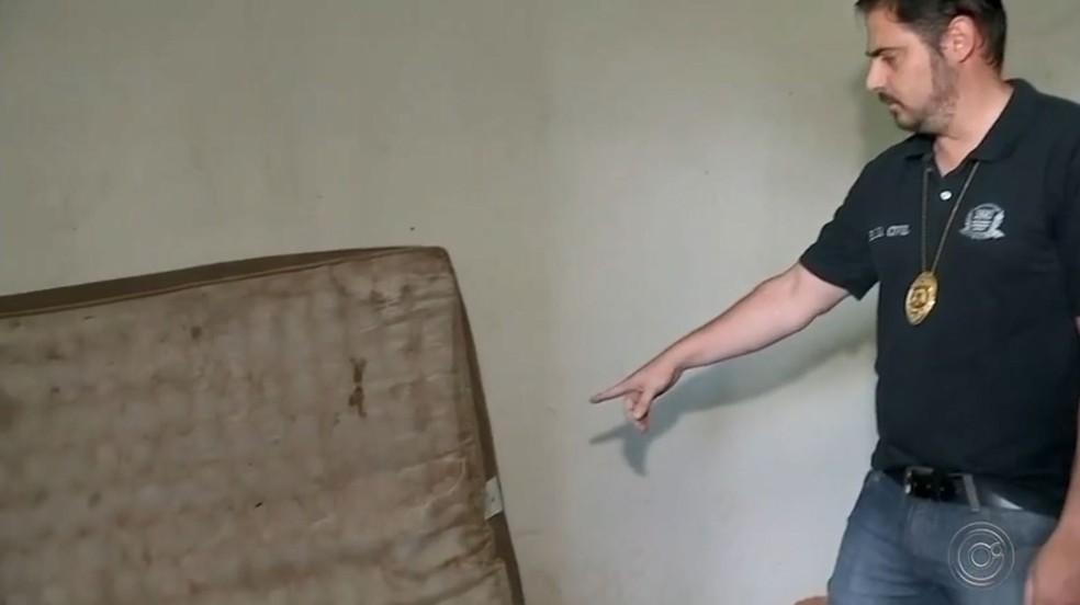 Vítima foi encontrada desacordada em colchão na sede do sindicato rural de Itapuí  — Foto: TV TEM / Reprodução
