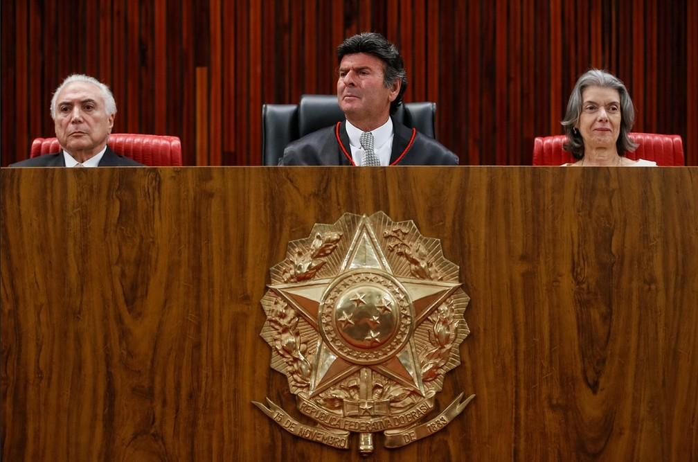 O novo presidente do TSE, ministro Luiz Fux (centro), entre o presidente Michel Temer (esq.) e a presidente do STF, Cármen Lúcia (dir.) (Foto: Beto Barata/PR)