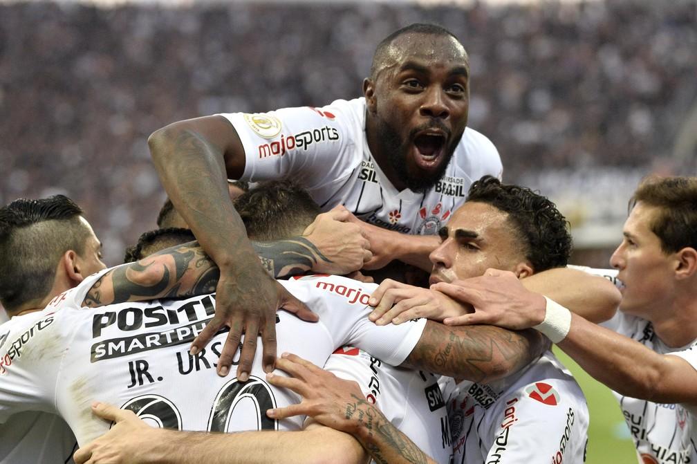 Manoel em comemoração de gol ao lado dos companheiros — Foto: Marcos Ribolli
