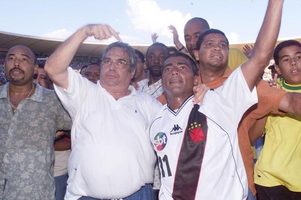 Eurico Miranda comemorando a conquista da João Havelange - e homenageando o SBT (Foto: Getty Images)