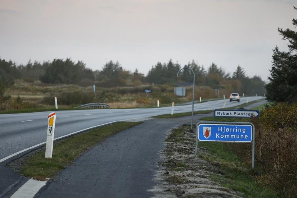Foto tirada nesta sexta-feira (6) mostra placa sinalizando a fronteira municipal para a cidade de Hjørring, na Dinamarca, uma das cidades afetadas pelo lockdown decretado pelo governo na quinta-feira (5). A medida deve vigorar até pelo menos 3 de dezembro.  — Foto: Claus Bjoern Larsen / Ritzau Scanpix / AFP
