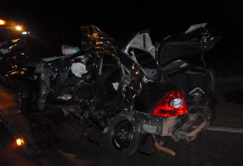 Carro ficou totalmente destruído com o acidente (Foto: CRBM/Divulgação)