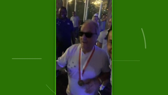 """Com """"Piscininha, amor"""" e dança do presidente, Cruzeiro festeja título mineiro em churrascaria"""
