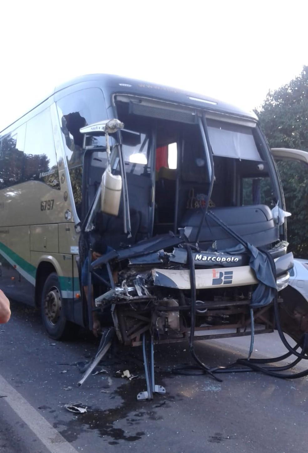 Colisão envolveu um ônibus da empresa Boa Esperança e um caminhão na BR-135 — Foto: Divulgação/Redes Sociais