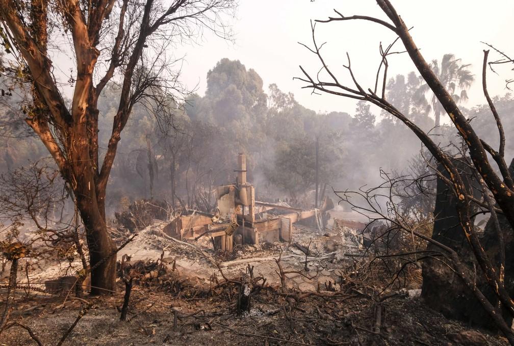 Casa destruída por incêndio florestal em Malibu, no sul da Califórnia — Foto: Ringo H.W. Chiu/AP Photo