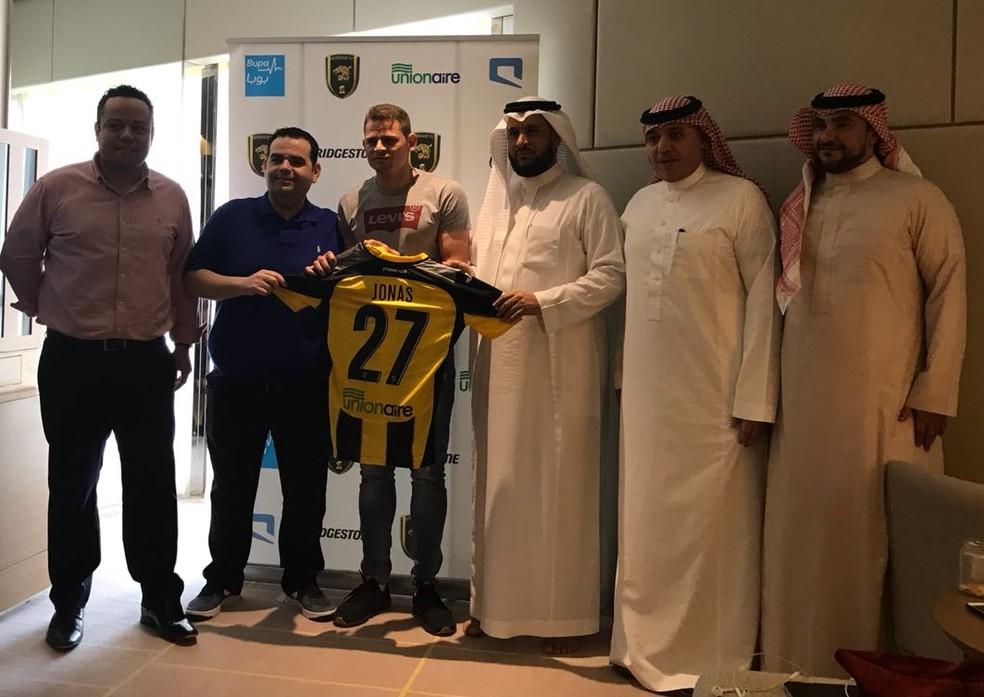 Jonas exibe a camisa do Al-Ittihad após assinatura de contrato (Foto: Divulgação)