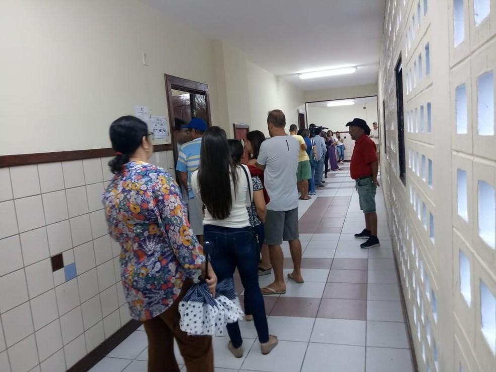 Eleitores enfrentam filas no Colégio Modelo Luís Eduardo Magalhães, em Vitória da Conquista — Foto: Luan Ferreira/TV Sudoeste