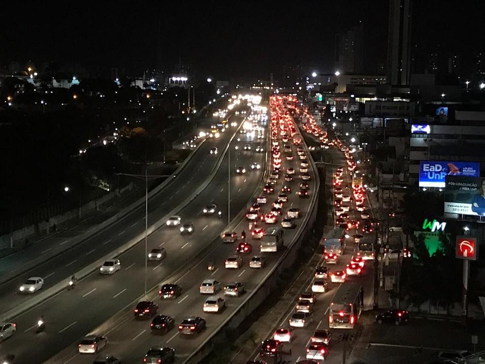 Trânsito ficou travado até Candelária depois que os motoristas de aplicativos fecharam a BR-101 em Natal (Foto: Ítalo di Lucena/Inter TV Cabugi)