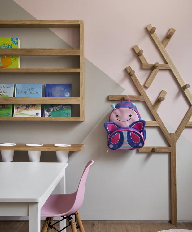 O cabideiro em formato de árvore também é desenho das arquitetas executado pela Show Móveis (Foto: Denilson Machado/MCA Estúdio)