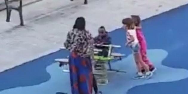 Menino é acuado por duas garotas ao sentar em um brinquedo desocupado (Foto: Reprodução Facebook)
