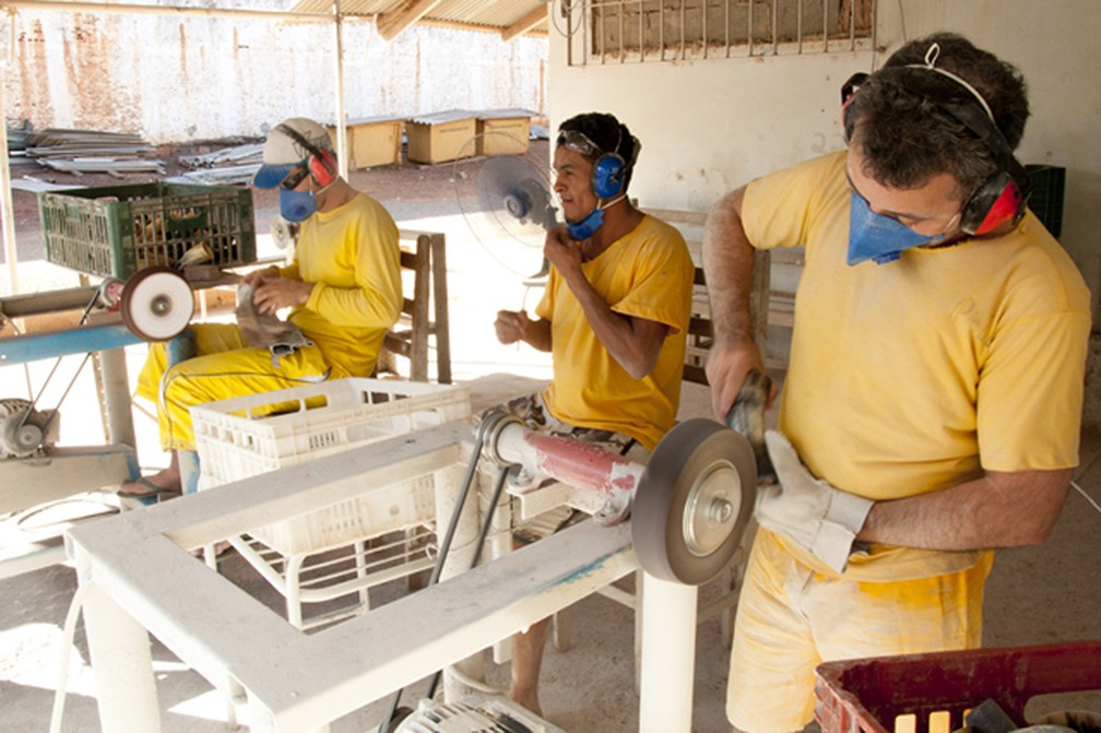Presos trabalham em marcenaria no Centro de Ressocialização de Cuiabá — Foto: Davi Valle/Sejudh-MT
