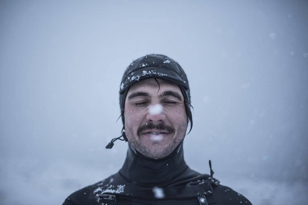 Norueguês Stian Morel posa após surfar no dia 11 de março em Unstad (Foto: Oliver Morin/AFP)