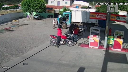 Dupla em moto assalta frentista em posto de combustíveis na Bahia e câmeras registram ação