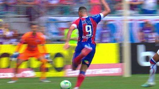 Gilberto dá uma furada espetacular (chega a dar uma cambalhota após o chute) e perde chance para o Bahia