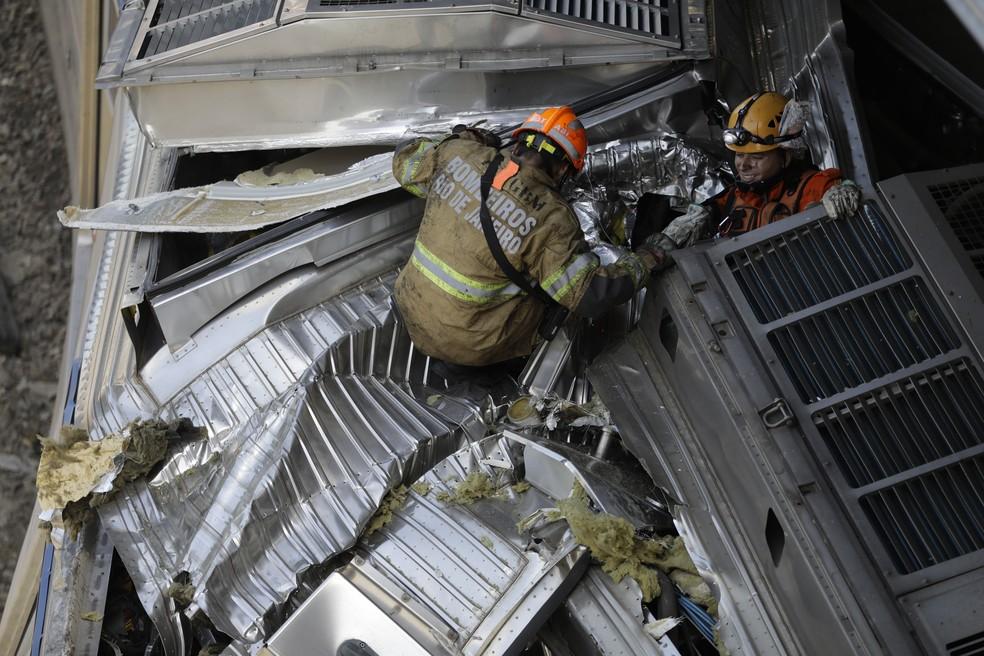 Trens da SuperVia colidem na estação de São Cristóvão, na Zona Norte do Rio, na manhã desta quarta-feira, 27 — Foto: Leo Correa/AP