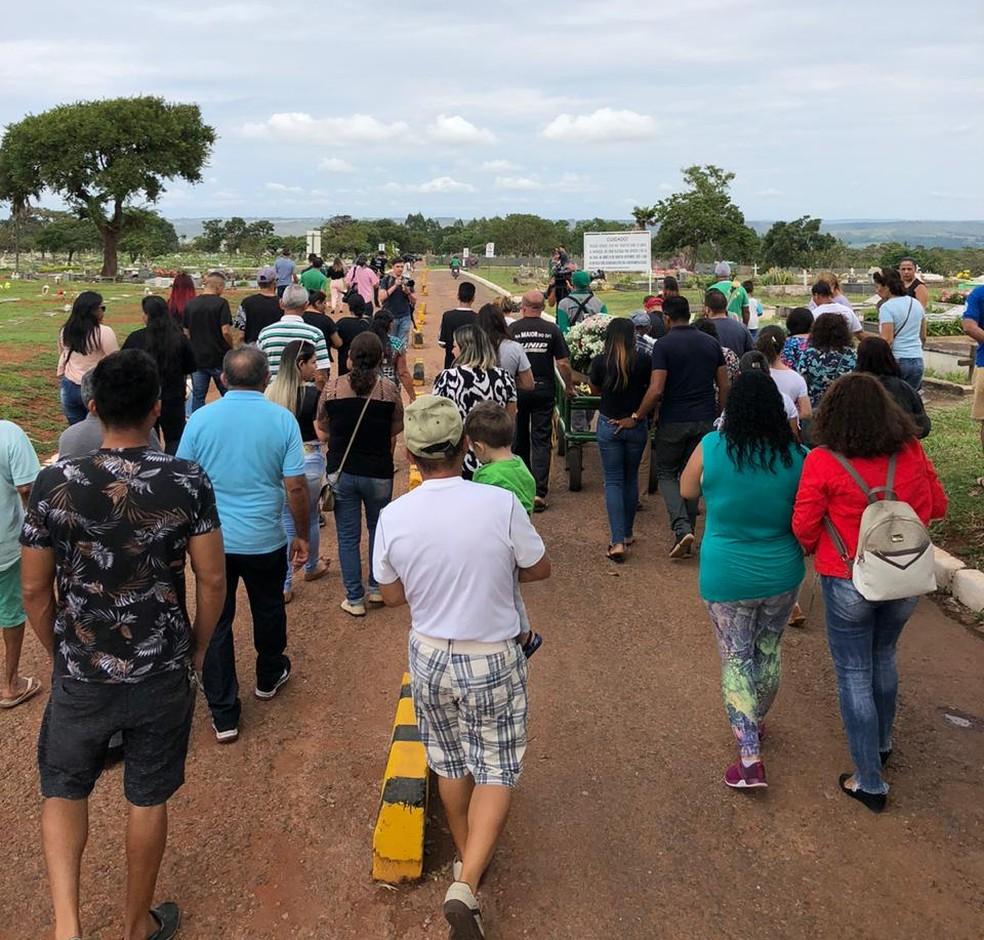 Amigos e parentes acompanharam sepultamento de Necivânia, a 30ª vítima de feminicídio no DF em 2019 — Foto: Flávia Marsola/ TV Globo