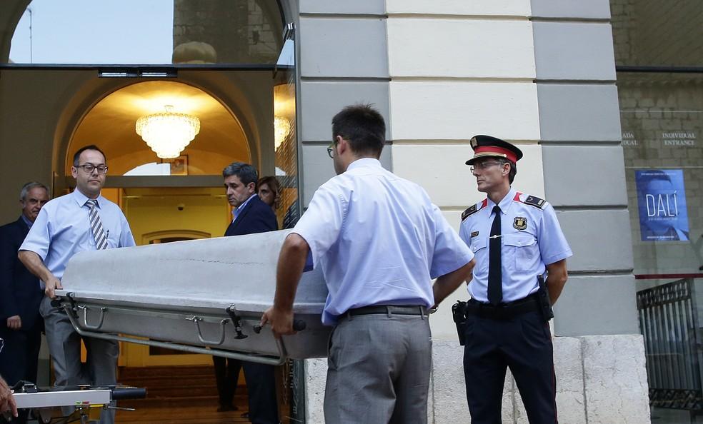 Equipe responsável pela exumação dos restos mortais de Salvador Dalí chega ao museu na Espanha nesta quinta-feira (20) (Foto: Manu Fernandez/AP )
