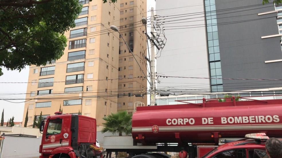Incêndio atingiu apartamento na região sul de Rio Preto — Foto: Fernando Daguano/TV TEM