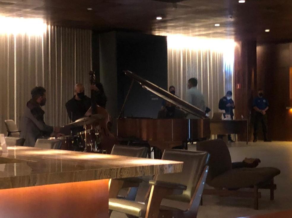 A banda no lobby do hotel da seleção brasileira — Foto: Raphael Zarko