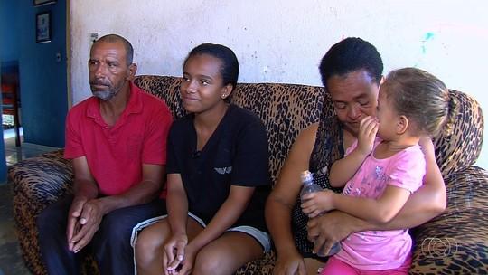 Desempregado, pai pede ajuda em semáforos de Goiânia para comprar materiais escolares para a filha