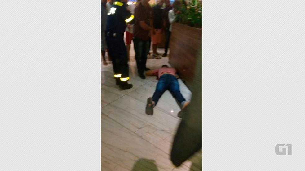 Homem é morto dentro de shopping em Vila Velha (Foto: VC no ESTV)