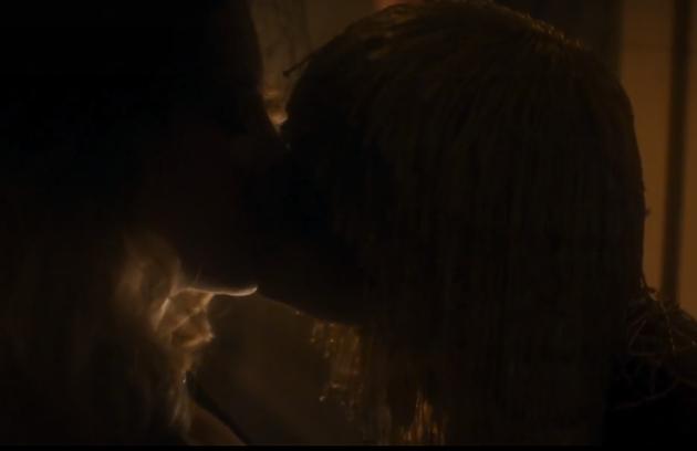 Leticia Colin e Bruna Marquezine se beijaram em 'Nada será como antes' (Foto: Reprodução)