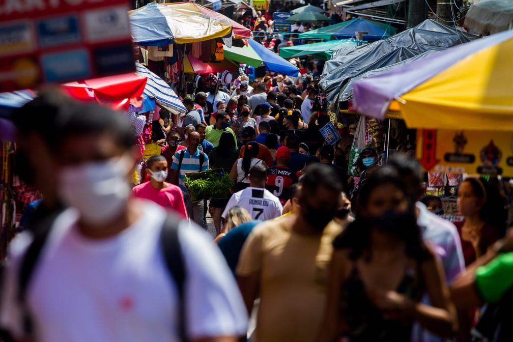 Movimentação de consumidores no centro de Manaus (AM), após retomada parcial do comércio, neste sábado, 27 de fevereiro de 2021. — Foto: Aguilar Abecassis/Photopress/Estadão Conteúdo