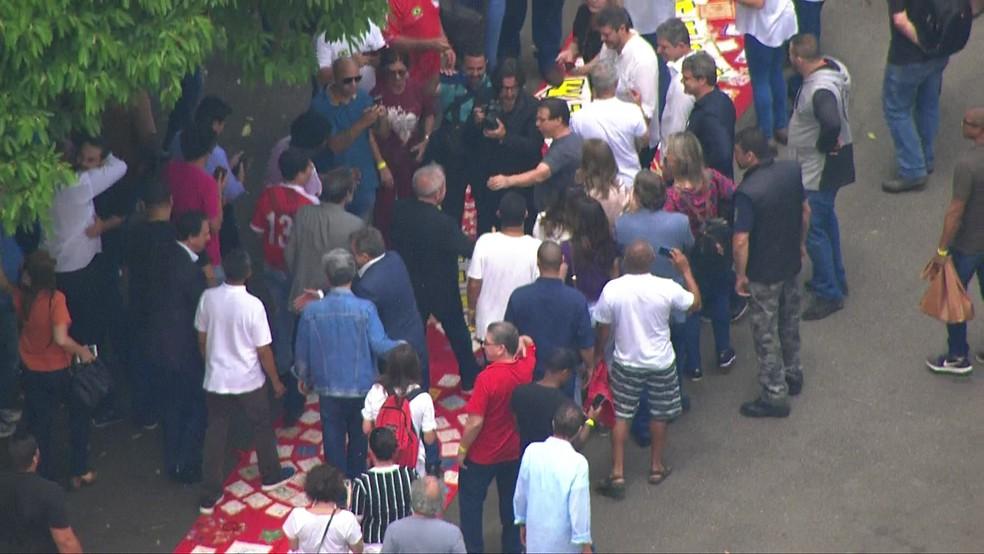 Lula caminha em tapete vermelho após chegar no sindicato em São Bernardo do Campo — Foto: TV Globo/reprodução
