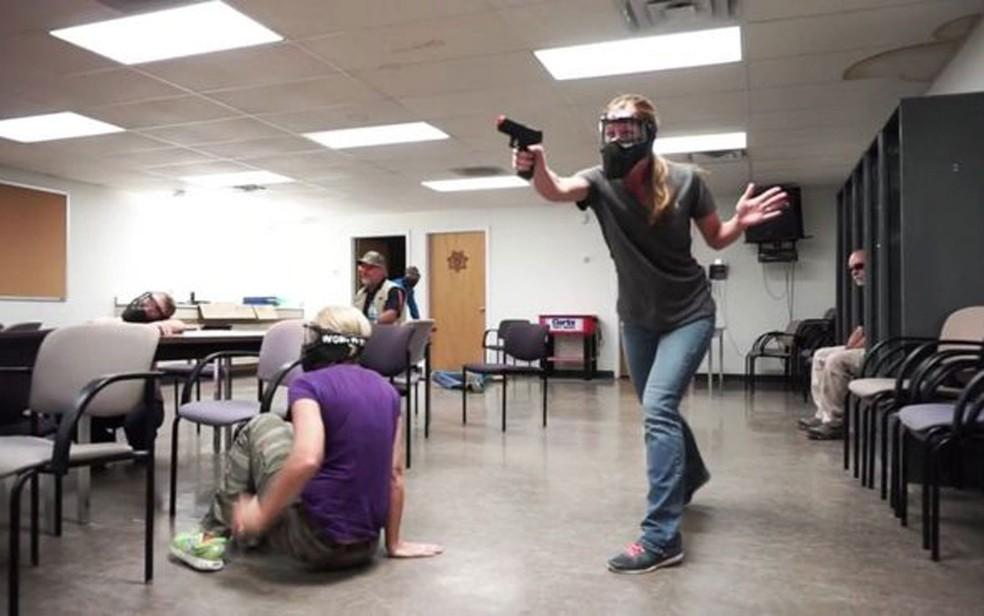 Professores em treinamento para reagir contra atiradores em escolas (Foto: Faster/Divulgação)