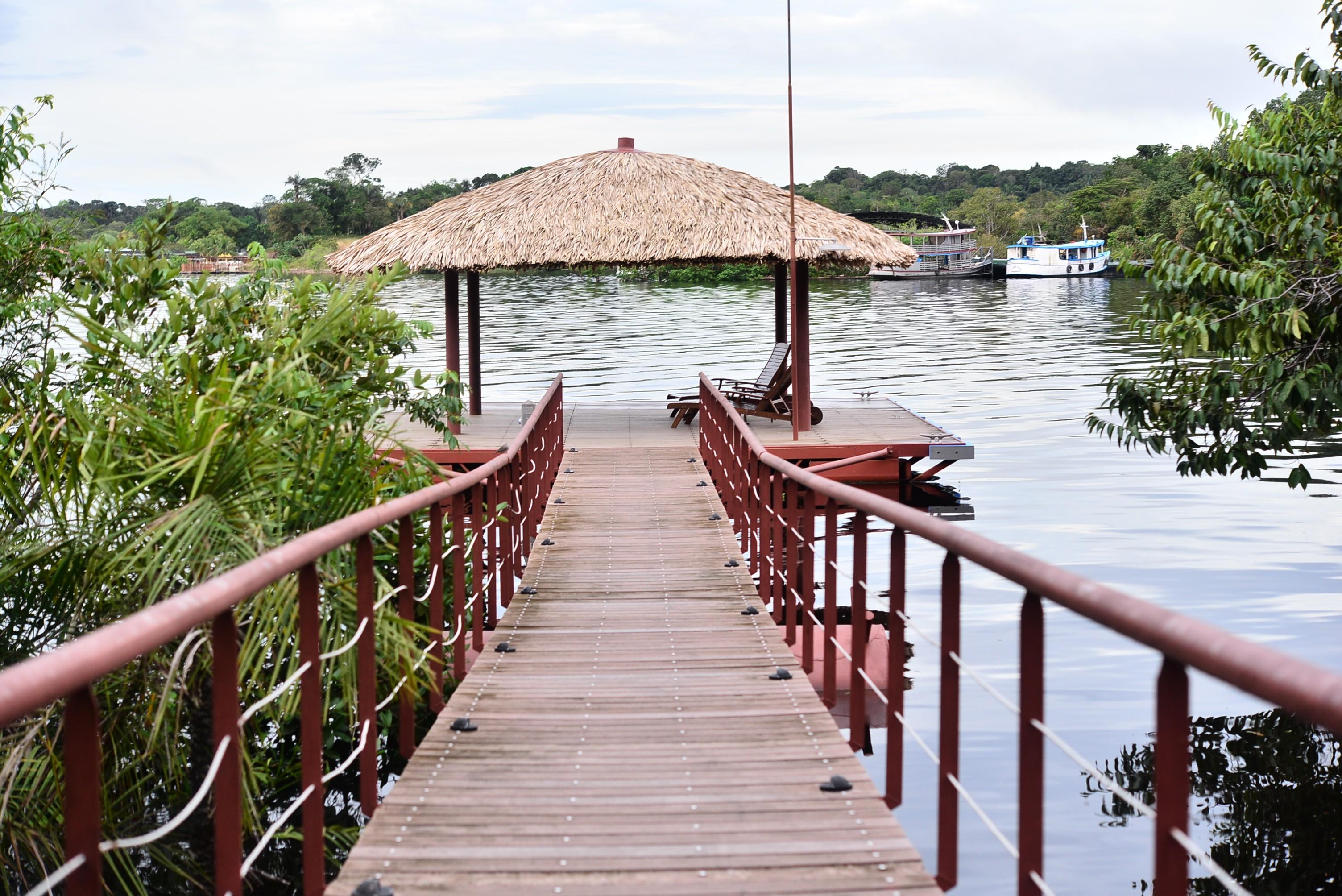Um charme da propriedade é o deck que dá no Rio Tarumã (Foto: Divulgação)