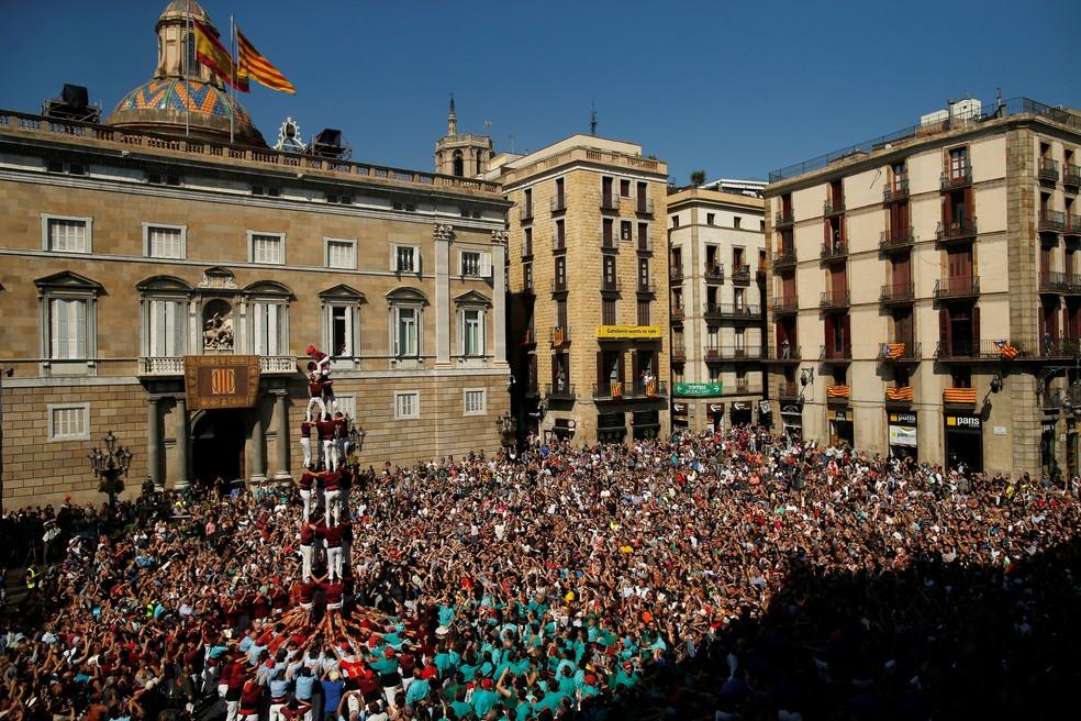 Catalães formam torre humana durante festa da santa padroeira de Barcelona (Foto: REUTERS/Jon Nazca)