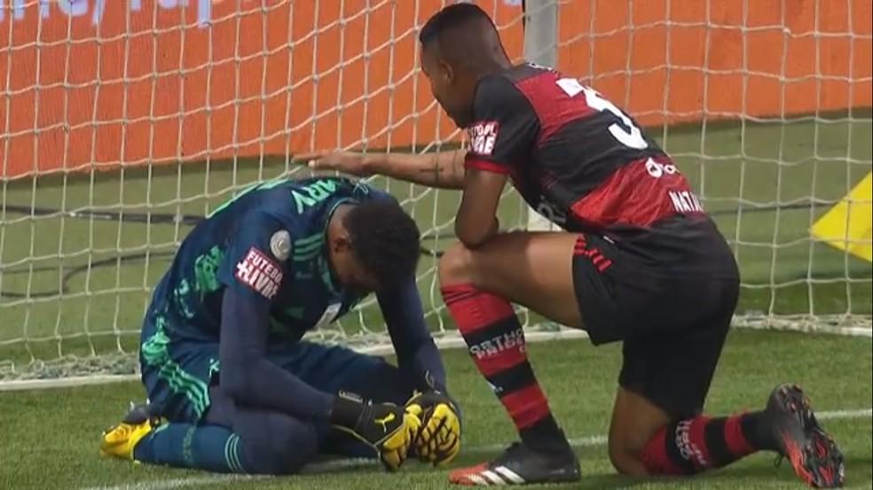 Hugo Souza, emocionado ao fim do jogo contra o Palmeiras, recebe o carinho dos companheiros de Flamengo — Foto: Reprodução