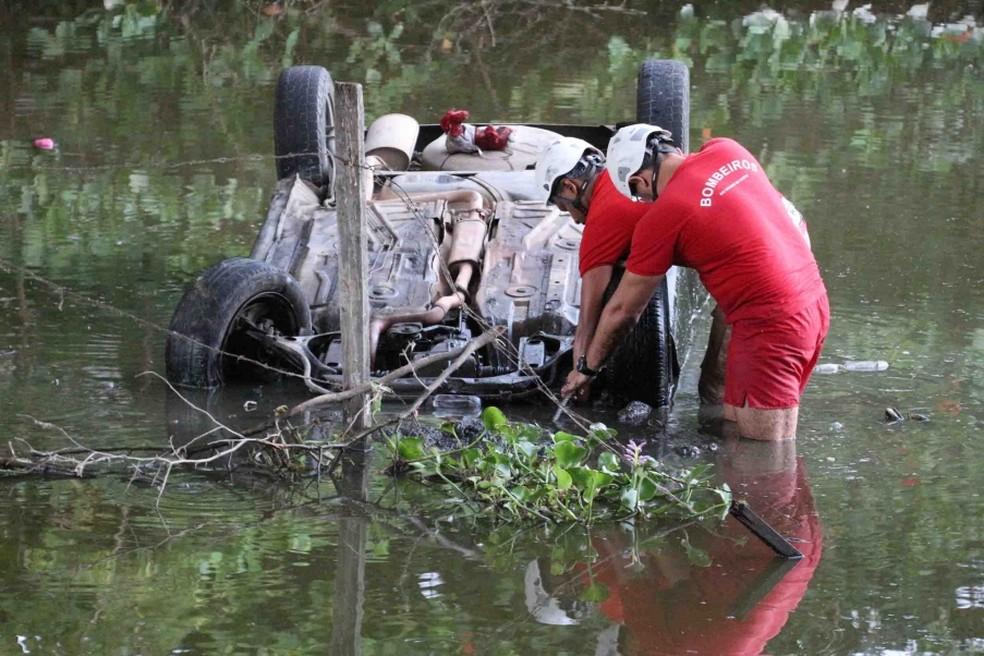 Carro caiu dentro do Rio Mossoró, região Oeste potiguar, na madrugada deste sábado (2); três pessoas morreram (Foto: Marcelino Neto/ O Câmera)
