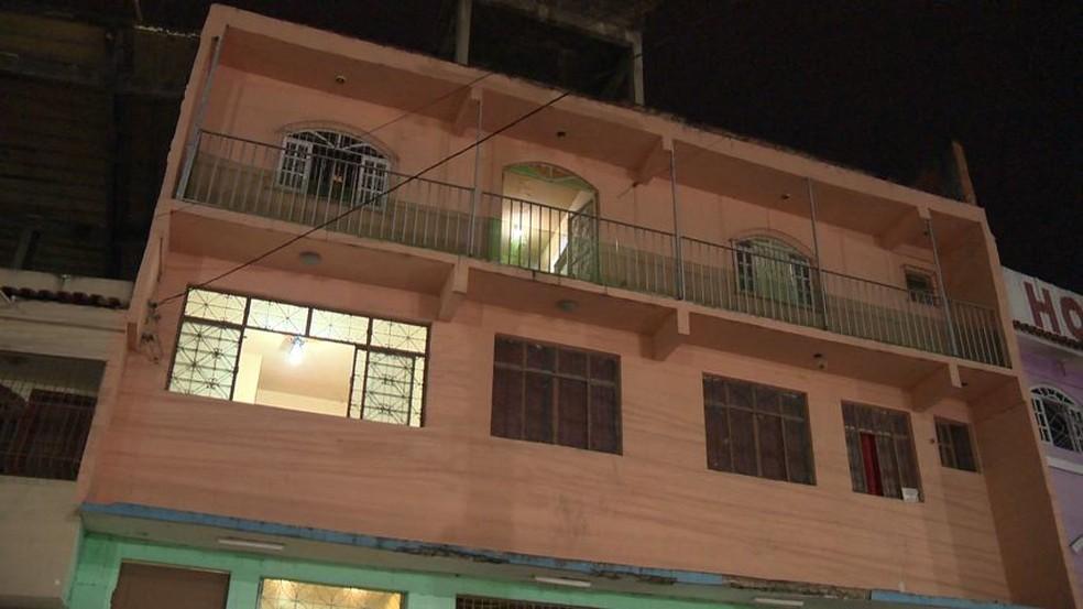 Dono de hotel é encontrado morto em um dos quartos (Foto: Reprodução/ TV Gazeta)