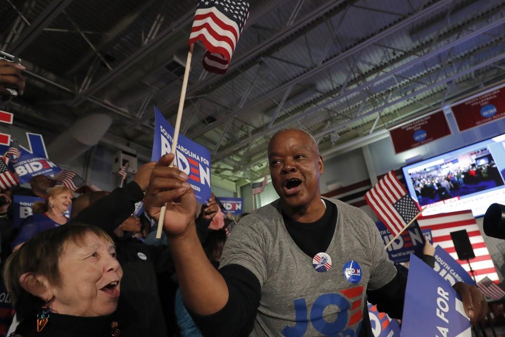 Apoiadores de Joe Biden comemoram vitória do pré-candidato nas primárias da Carolina do Sul durante comício em Columbia neste sábado (29) — Foto: Gerald Herbert/AP Photo
