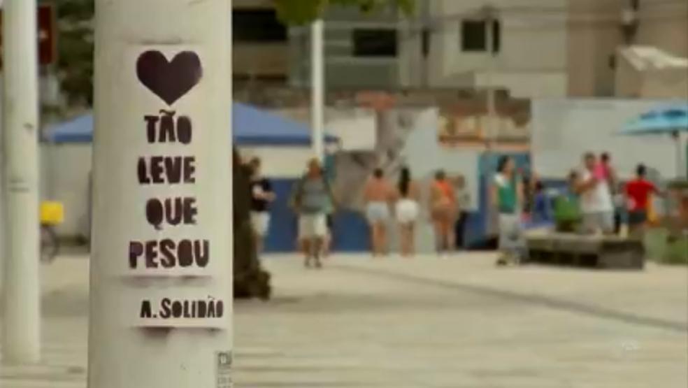 -  Mensagens   39;circulam  39; em muros, postes, bancos, lixeiras...  Foto: TVM/Reprodução
